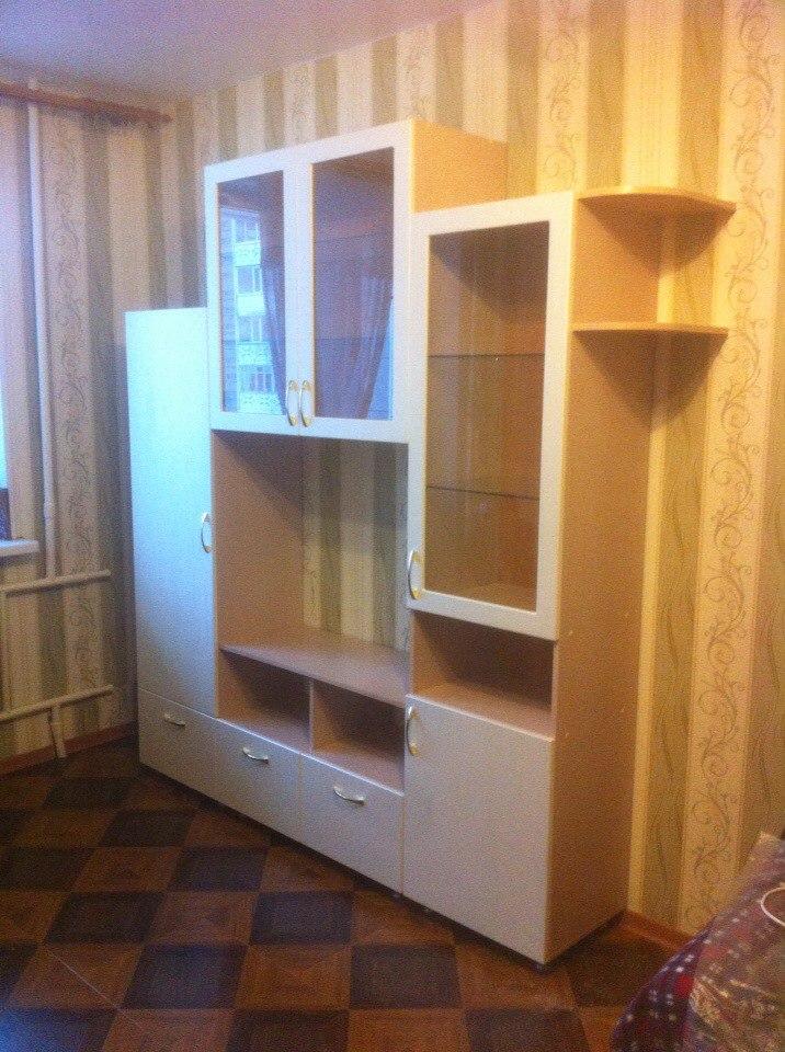 Светлый шкаф с ящиками под телевизор