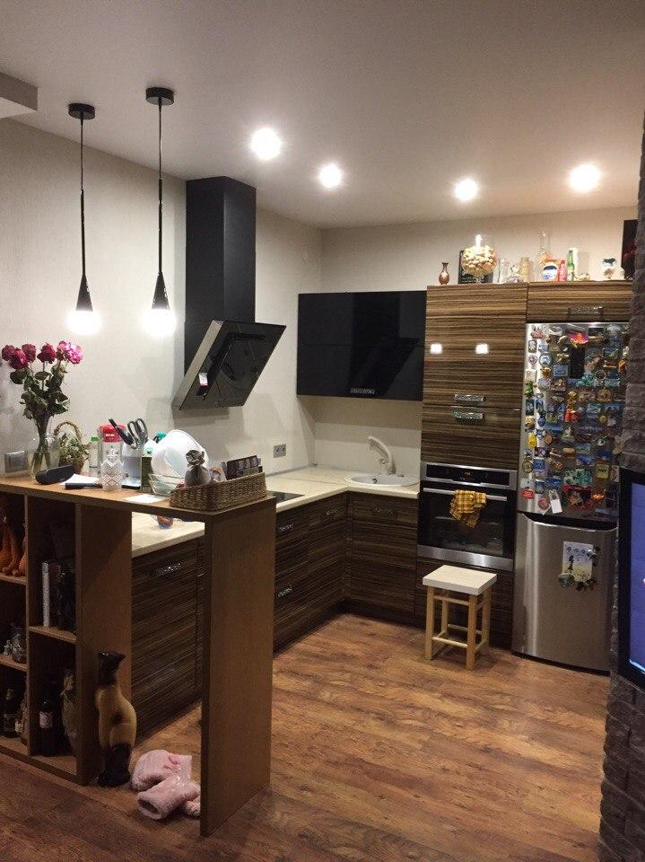 Угловая кухня коричневая