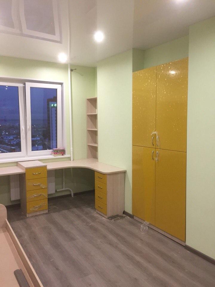 Детский желтый письменный стол