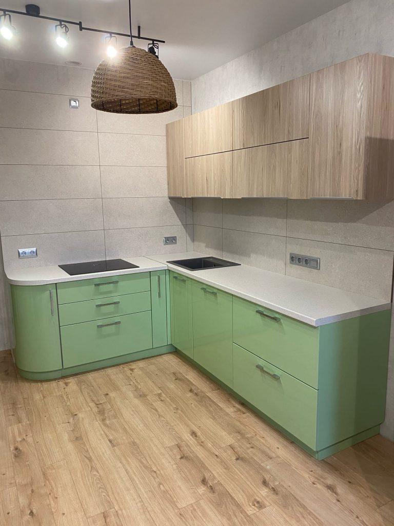 Светло-зелёная кухня